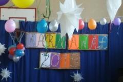 Dekorowanie sali gimnastycznej balonami, serpentynami i gwiazdkami.